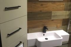 Мебель для ванной комнаты для очень уютной и красивой квартиры  готова и установлена✅ Фасады МДФ супермат грин,под раковиной 2 корзины для белья МДМ комплект,в углу стеклянные полки,а пенал очень удобный и функциональный☝там,кстати, спрятан бойлер