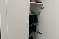 Мебель в прихожую готова и установлена✔ 👉Проект дизайнера нашей студии Евгении @evagenialove ▫Фасады МДФ в пленке ПВХ фрезеровка «лжевыборка» ▫Корпус Egger ▫Петли Blum