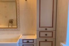 Мебель для ванной комнаты✔ Ждём столешницу из камня и раковину ▫Фасады МДФ с патиной и индивидуальной фрезеровкой изготовлены на нашем производстве ▫Фурниутра с доводчиками ▫Ручки от @makmartgroup 👉Проект дизайнера нашей студии Анатолии Моисеенко