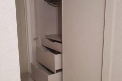 Мебель для гардероба изготовлена из EGGER кашемир серый, двери купе с доводчиками, система купе MODUS MS 163, наполнение дверей CLEAF PENELOPE, пантограф МДМ комплект, сетки для обуви МДМ комплект. Направляющие для ящиков BOYARD с доводчиками скрытого монтажа.