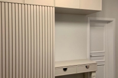 Мебель в прихожую готова и установлена✔ ▫Фасады консоли и верхних шкафов с фрезеровкой ▫Лдсп Кашемир серый ▫Направляющие Blum ▫Рейки также из кашемира серого ▫Петли Blum + tip on (открывание от нажатия на фасад) ▫Опоры на консоле из натурального дерева, покрашенные в цвет NCS 1002Y под матовым лаком 👉Проект дизайнера нашей студии Евгении @evagenialove #мебельвприхожую #мебельвприхожуюворонеж #мебельназаказворонеж #мебельвворонеже #квартирныйответворонеж