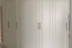 Шкаф в прихожую☑ ▫Фасады с фрезеровкой по фото изготовлены на нашем производстве, на ЧПУ станке ▫Фурнитура Blum ▫Пантограф для одежды ▫Ручки от компании @brasscompany ❗Обратите внимание как красиво шкаф сверху обрамлён потолочным молдингом 🗄На нашей фабрике вы можете заказать мебель по фото. Любые Фасады по фотографии мы можем реализовать Для заказа мебели Вы можете приехать в нашу студию на Лизюкова 2 Б 📞+7951-565-35-22 #шкафвприхожую #шкафвприхожуюворонеж #шкафыворонеж #мебельназаказворонеж #мебельвворонеже #квартирныйответворонеж #воронеж