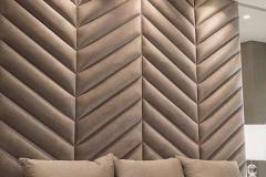 """Стеновые панели - универсальное решение для Вашего интерьера. Они уместны в респектабельном ресторане и в спальне ребенка. В строгом кабинете руководителя и в гостиной, куда приводят много друзей. Ткань панелей добавит стильную ноту в любой интерьер и сделает помещение уютным ▫Самое распростаненое применение стеновых панелей - это мягкая стена у кровати. Такие панели вполне можно назвать изголовьем. Они могут быть любой высоты, но чаще всего их делают до потолка. ▫Про стоимость Современные технологии позволили сделать панели доступными. Их стоимость вполне сопоставима с хорошей мебелью и хорошими шторами. Комплект панелей для изголовья размером 200х270см в ткани Madagaskar или Velutto может стоить 21000-32000р. А в дорогом материале уровня Santorini 24500-37000р. Разница в цене зависит от количества деталей панели. Чем больше таких деталей, тем выше расход материалов и больше работы нужно сделать. А значит, и сама панель будет дороже 👉Скорее всего термин """"детали панели"""" потребует объяснения. Любая панель больших размеров состоит из фрагментов. Размер фрагментов диктуется шириной материала или общим дизайном. На этом фото 4 панели и 120 деталей. 👉Непрямоугольные детали, в силу своей формы, всегда сложнее прямоугольников. Для их обивки требуется больше ткани или кожзама. При одинаковых габаритах, панель из деталей трапецевидных и треугольных форм будет дороже примерно на 50%. 🔸Хотите бысто узнать сколько будет стоить Ваша мягкая панель? Тогда присылайте нам Ваши размеры и фото той панели,которую бы хотели на What'sApp +79515653522 Ваш «Квартирный ответ»"""