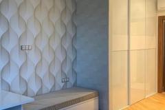Мебель для спальни готова и установлена☑ ▫Шкаф-купе: система Modus в тонком белом профиле, стекло локабель белое, вставки из Egger белый альпийский глянец ▫Стол и тумба: Egger белый альпийский глянец, мягкая сидушка в ткани Velutto Благодарим за этот заказ директора «Сыроварни»🙏Были очень рады с Вами сотрудничать 👉Проект дизайнера нашей студии Евгении @evagenialove #мебельдляспальни