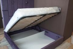 Мягкая мебель для спальни изготовлена из ткани Arben Glance Viola, кровать с подъемным механизмом. Прихожая изготовлена из ЛДСП (корпус Lamarty выбеленное дерево), мягкая панель с каретной стёжкой: материал Arben Glance Mint, Фасады МДФ в плёнке Белое дерево с фрезеровкой Академия, Т0, ручки МДМ комплект. Кухня изготовлена с фасадами МДФ Белое дерево с фрезеровкой Академия, столешница пластик EGGER Дуб Галифакс, столешница камень Samsung FR148 Shimmer (Radiance), направляющие Firmax