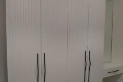 Белая мебель. Как она должна выглядеть 🤔 Заказывая мебель из белых материалов будьте внимательны! Виды белых материалов: 1. ЛДСП - плита, которую распиливают на детали и облицовывают в кромку различной толщины. У деталей после распила и кромки виден клеевой шов, поэтому я не рекомендую Вам делать из этого материала фасады! 2. МДФ в пленке ПВХ - в белом (белоснежном!) цвете в скором времени фасады пожелтеют (проверено на моей мебели дома)! Не рекомендую! 3. МДФ в белой эмали под акриловым лаком не пожелтеет, а вот если производитель покроет белую эмаль полиуретановым лаком, то пожелтеет! Будьте внимательны и уточняйте при заказе! И не забывайте, что за фасадами МДФ эмаль нужен особый уход! 4.МДФ в пластике или Alvic - точно также и как у ЛДСП. Детали распиливаются и облицовываются в кромку! Будет виден чёрный шов! Лично мне не нравится на фасадах. 5. Акрил, акрилайн, Аделькрайс - белый глянец со временем мутнеет, особенно если это фасады на кухне. У фасадов Акрил/акрилайн также будет клеевой шов и кромка. На кухне кромка может пачкаться более быстрее 6. Пластик Fenix - нанотехнологичный пластик, но оооочень сложный в уходе на кухне. Матовая поверхность очень сильно впитывает жир и видны все пятна. (У меня кухня с такими фасадами). Не смотря на то, как его все любят рекламировать - по себе скажу - это не для тех, кто любит готовить. Больше подходят такие фасады для тех, кто разогревает готовую еду из ресторана и не пачкает фасады. Сейчас кто-то из вас скажет. «А вот лазером кромку облицовывают и нет клеевого шва!» Совершенно верно! Но есть ли такой станок в Воронеже? 🧐Если стоит он не один десяток миллионов...А коллеги? У кого такой есть?😀Приду поглядеть одним глазком😀 🎦На видео проект дизайнера нашей студии @alena_v_alieva Фасады МДФ эмаль NCS 0300 N матовые (естественно под нужным лаком!) А корпус Egger Будем рады Вашим 🤍