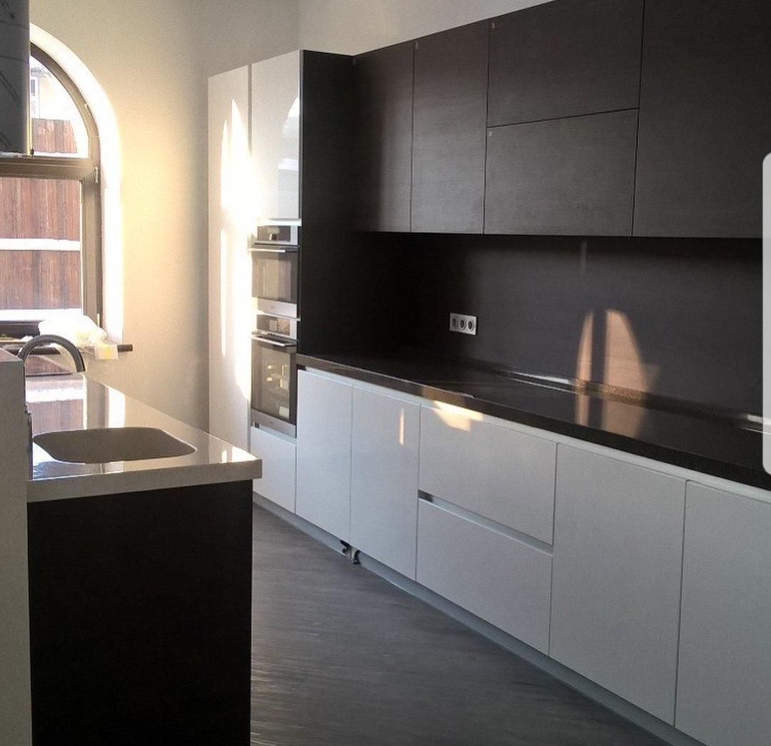 Мебель для просторной кухни изготовлена из МДФ эмали и МДФ в шпоне. Столешница из искусственного камня. Фурнитура Blum.