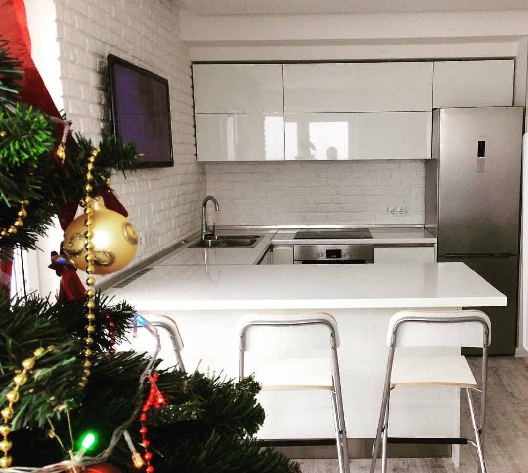 Кухня белая глянцевая. Белая глянцевая кухня. Кухня на заказ в Воронеже
