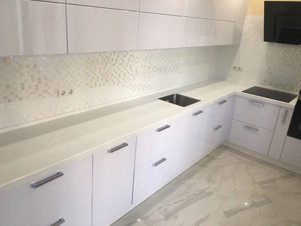 Кухня с фасадами МДФ белый глянец с каменной столешницей LG HI-MACS