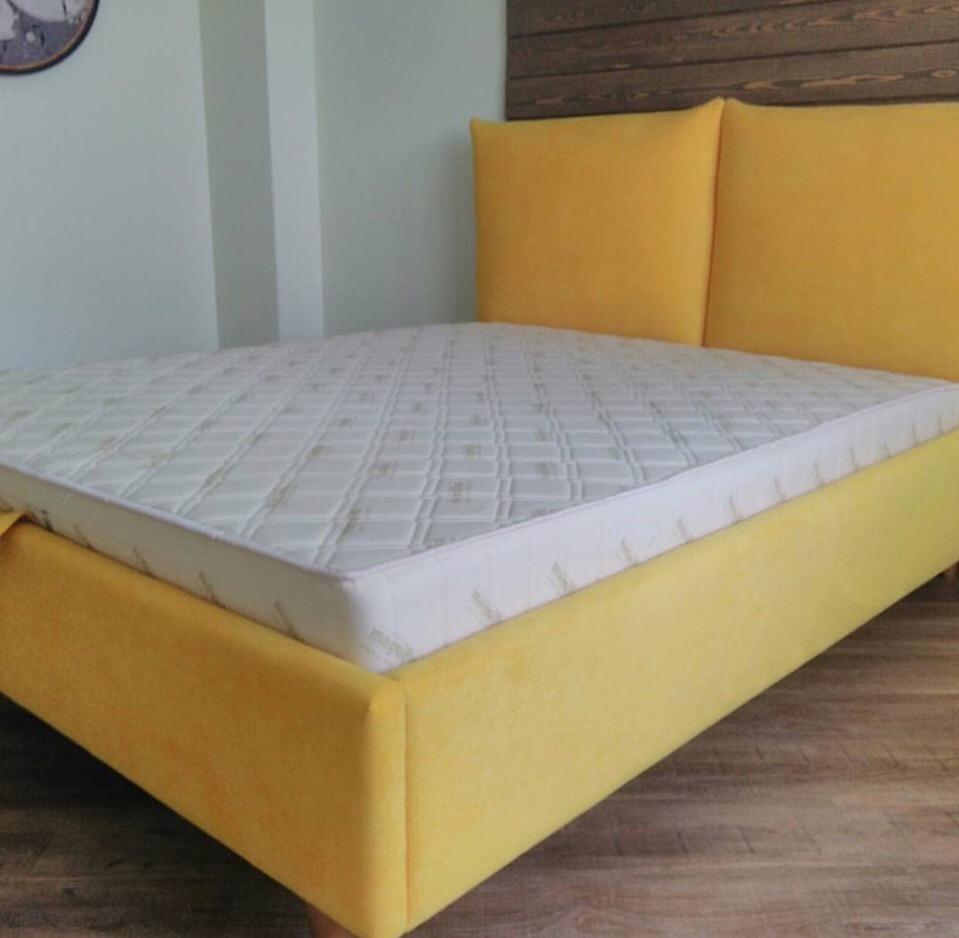 Желтый цвет – это цвет радости и солнца. Хотите, чтобы ваше настроение улучшилось и вы меньше хандрили? Тогда смело добавляйте в интерьер спальни хотя-бы немного желтого цвета. Предлагаем вашему вниманию кровать желтого цвета для молодой девушки.
